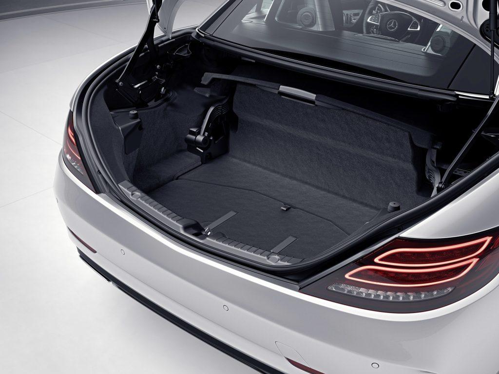 Mercedes-Benz SLC; teilautomatische Restkofferraum-Abgrenzung geöffnet ; Mercedes-Benz SLC; semi-automatic boot separator, opened;