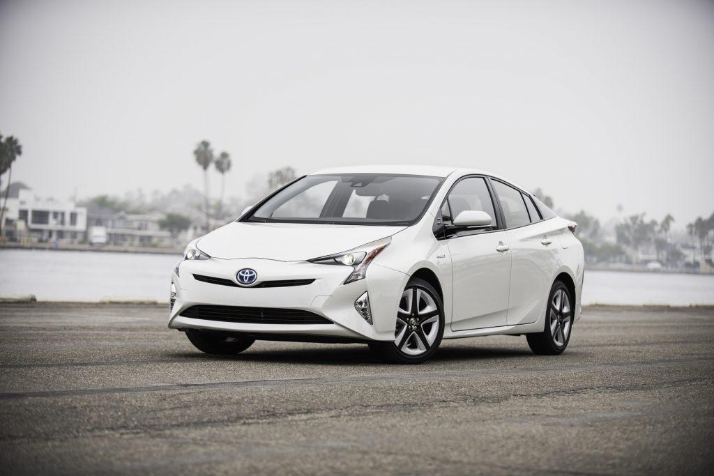 2016-Toyota-Prius-Four-Touring-front-three-quarter-02