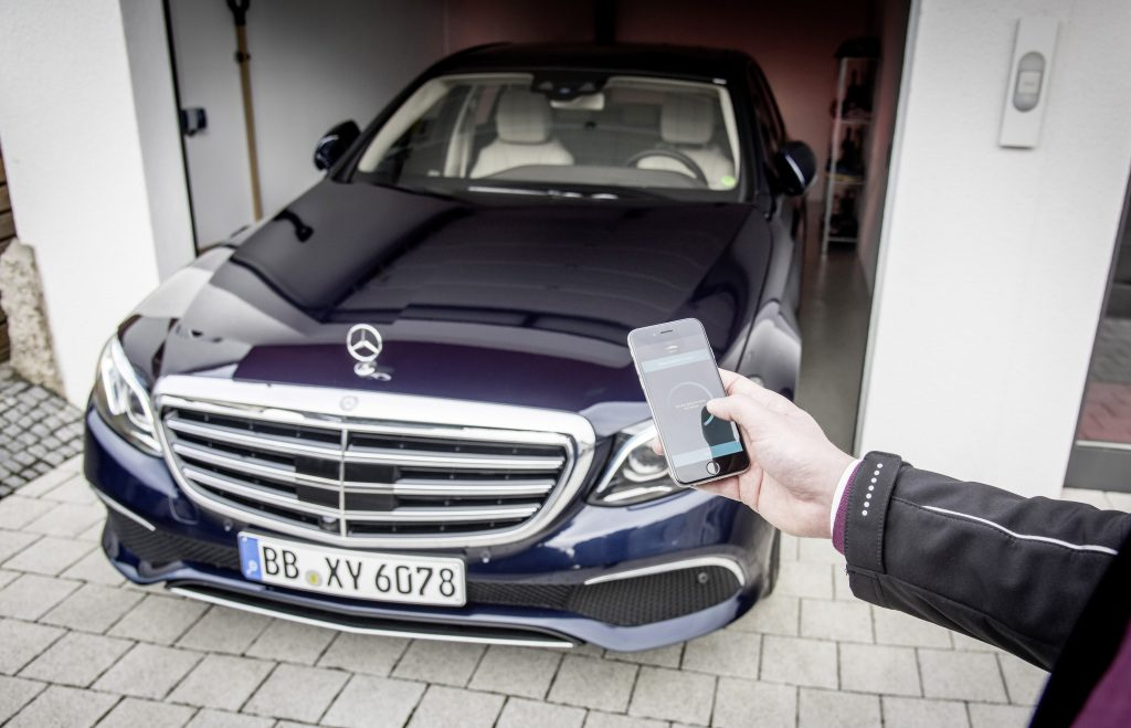 Mercedes-Benz Remote Park-Pilot: Dieses System erlaubt es erstmals, das Fahrzeug von außen via Smartphone-App in Garagen und Parklücken ein- und auszuparken und ermöglicht damit selbst bei sehr engen Parklücken ein komfortables Aus- und Einsteigen.