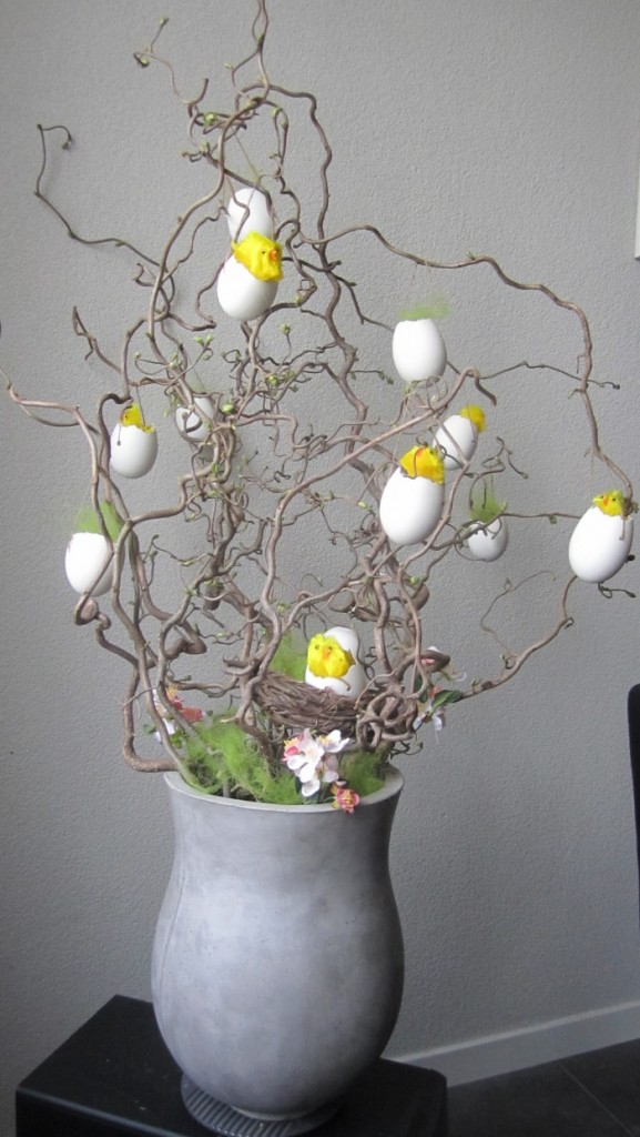 Paasstuk-decoratietakken-met-kuikens-in-een-ei-met-touwtje-om-ze-op.1395923361-van-decoratietakken