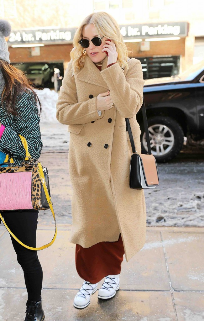Kate Hudson wears a tan coat and white sneaker/shoes in snowy NYC Pictured: Kate Hudson Ref: SPL1214366 250116 Picture by: Jackson Lee / Splash News Splash News and Pictures Los Angeles:310-821-2666 New York: 212-619-2666 London: 870-934-2666 photodesk@splashnews.com