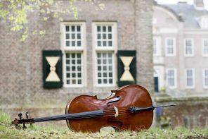 Op een hooibaal luisteren naar een driehonderdjaar oude viool
