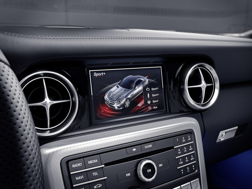 Mercedes-Benz SLC; Mit DYNAMIC SELECT lassen sich insgesamt 5 Fahrprogramme anwählen. Der Fahrer erhält eine Bedienrückmeldung im Multimediasystem. ; Mercedes-Benz SLC; AMG DYNAMIC SELECT allows selection of 5 different drive modes. Confirmation of the selection made by the driver appears in the multimedia system.;