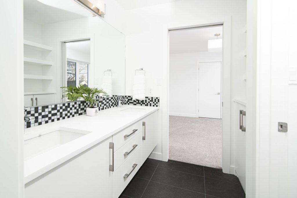 witte-badkamer-zwart
