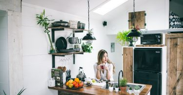 houten-keuken-vrouw