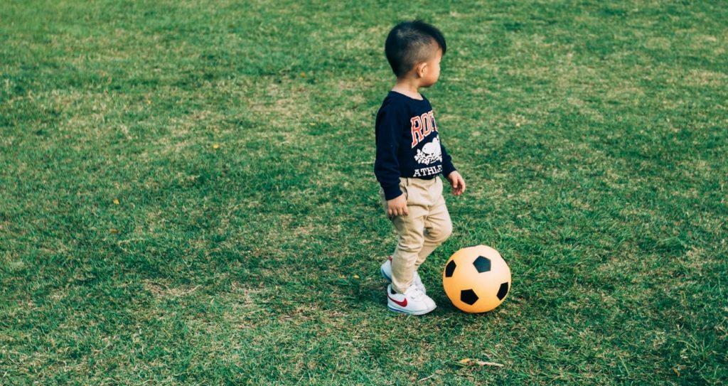 jongen-voetbal-kind
