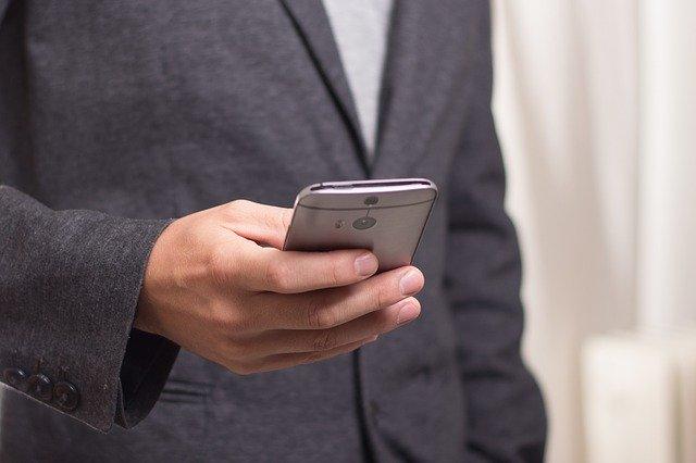 telefoon-gebruiken-man-hand