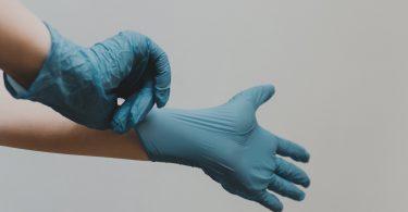 schoonmaken-plastic-handschoenen