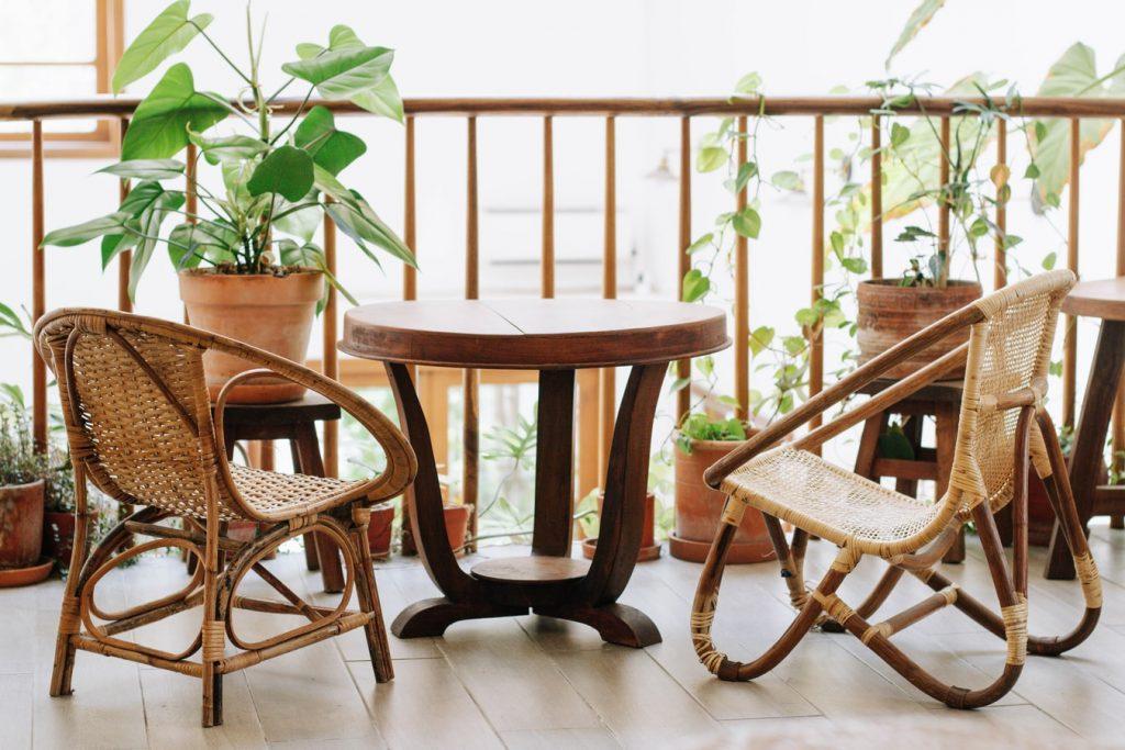 houten-lounge-stoelen-balkon