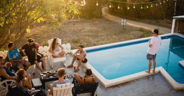 zwembad-vrienden-drankje-eten