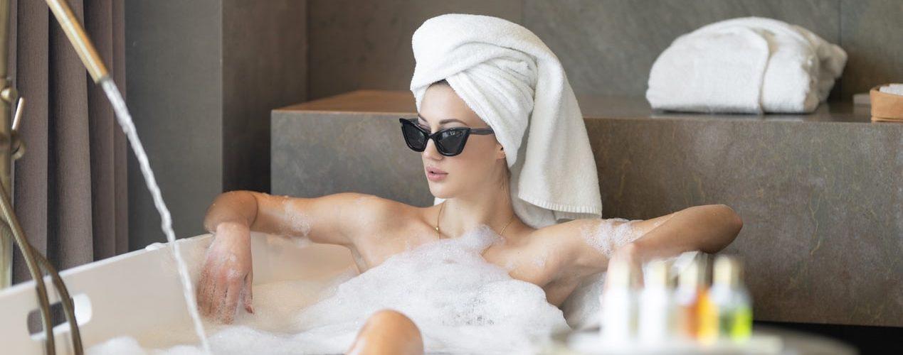 dame-badkuip-relaxen