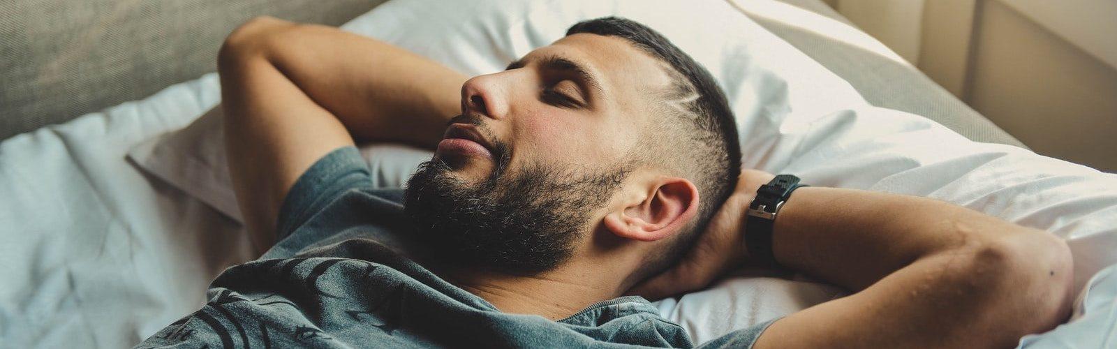 man-slapen-handen-onder-hoofd