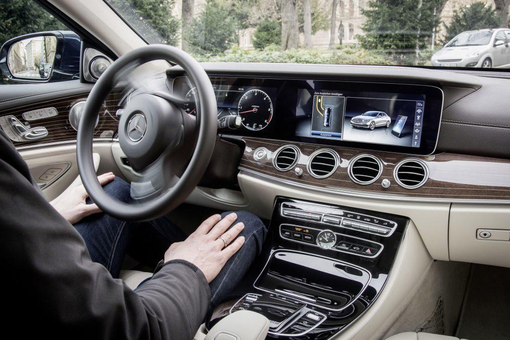 Mercedes-Benz Remote Park-Pilot: Um Parkvorgänge zu erleichtern, bietet die Mercedes-Benz E-Klasse als Sonderausstattung drei Varianten von Park-Assistenten: den Park-Pilot - optional mit 360° Kamera - sowie den neuen Remote Park-Pilot.