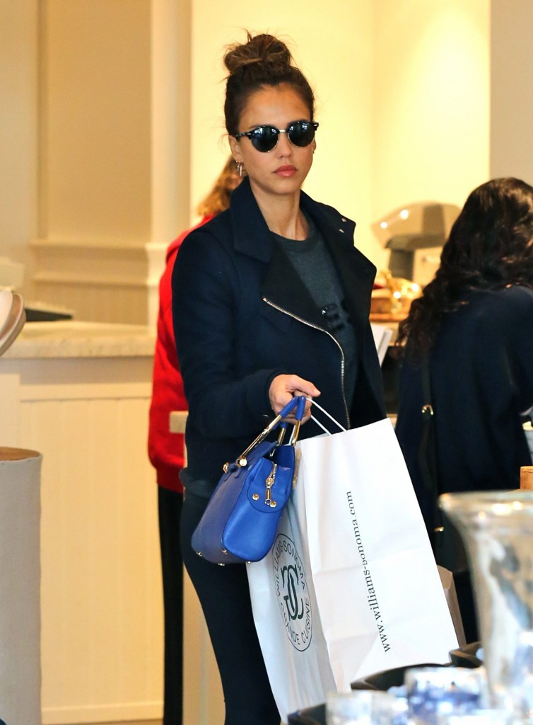 Jessica Alba shopping in Beverly Hills. Pictured: Jessica Alba Ref: SPL1210441 170116 Picture by: Jacson / Splash News Splash News and Pictures Los Angeles: 310-821-2666 New York: 212-619-2666 London: 870-934-2666 photodesk@splashnews.com